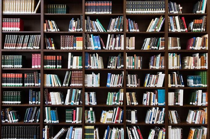 本棚に飾られた写真集
