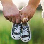 子供のクツを持つ父母