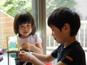 おもちゃで遊ぶ男の子と女の子