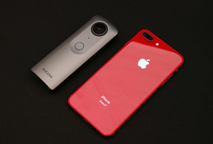 RICOH THETA VとiPhone8 +のサイズ比較