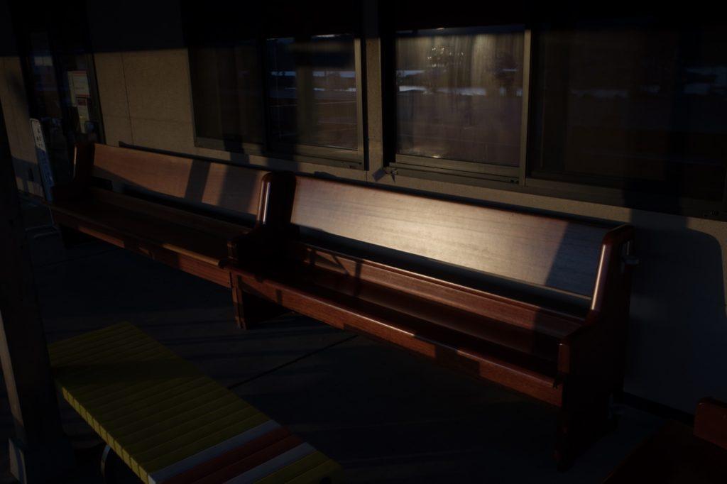 夕日に照らされたベンチ